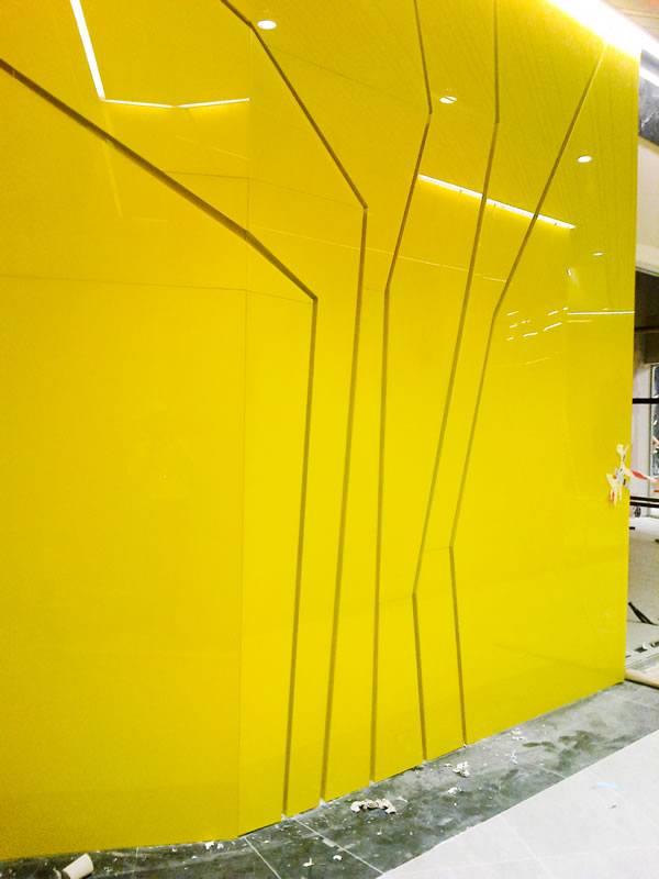 perete sticla colorata cu decor