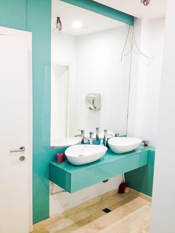 oglinda si perete placat cu sticla colorata