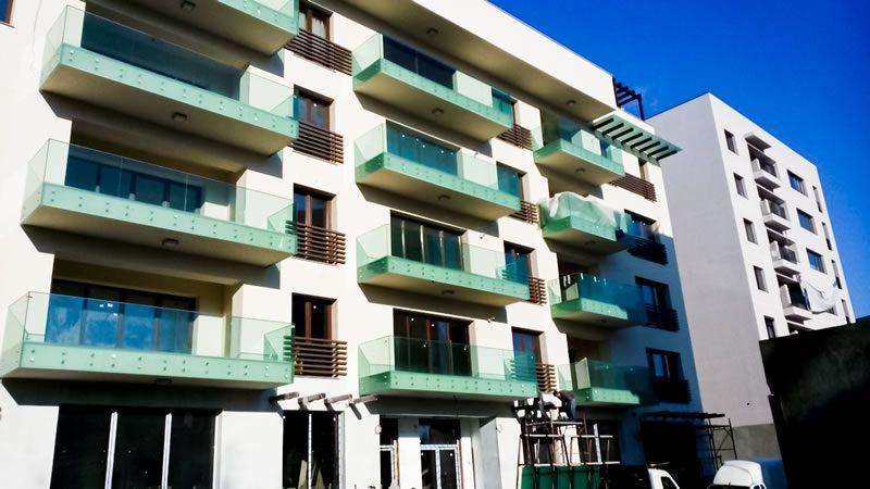 balcon sticla cladire rezidentiala